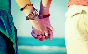 150605_dating-holding-hands