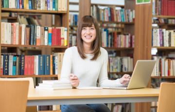 図書館にいる大学生